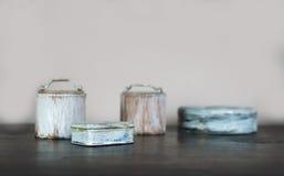 Les petites vieilles boîtes ont peint le blanc sur la table en bois Photo stock