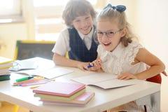 Les petits écoliers dupent autour dans la classe photo libre de droits