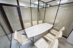 Les petits abat-jour de lieu de réunion se sont fermés avec une table Photographie stock libre de droits