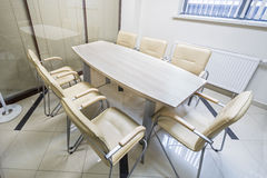 Les petits abat-jour légers de bureau se sont fermés avec une table Photos stock