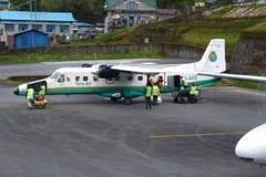 Les petits avions se sont garés à l'aéroport de Tenzing-Hillary dans Lukla, voyage de camp de base d'Everest, Népal Photographie stock