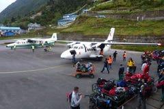 Les petits avions se sont garés à l'aéroport de Tenzing-Hillary dans Lukla, voyage de camp de base d'Everest, Népal Photographie stock libre de droits