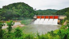Les petits barrages sont très importants pour le système d'irrigation pour distribuer l'eau aux agriculteurs images libres de droits