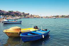 Les petits bateaux de pêche ont amarré dans la ville de Nessebar, Bulgarie Images stock