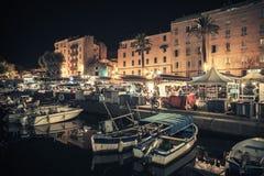 Les petits bateaux en bois ont amarré à Ajaccio la nuit Photo libre de droits