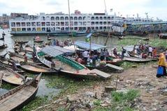 Les petits bateaux manient habilement sur le Buriganga chez Sadarghat Photo stock