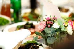 Les petits bouqets se tiennent dans des vases avec de l'eau sur la table Image stock