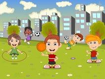 Les petits enfants jouant la corde, le basket-ball et le football de saut dans la ville garent la bande dessinée Image stock