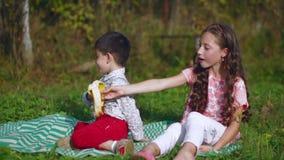 Les petits enfants mangent une banane en nature clips vidéos