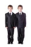 Les petits frères jumelle dans des costumes d'isolement sur le blanc Photos libres de droits
