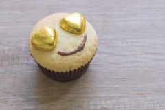 Les petits gâteaux avec le coeur forment le chocolat sur la table en bois Photos libres de droits