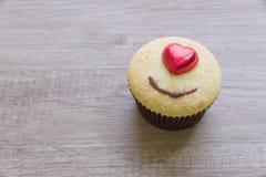 Les petits gâteaux avec le coeur forment le chocolat sur la table en bois Images stock