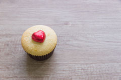 Les petits gâteaux avec le coeur forment le chocolat sur la table en bois Photo stock