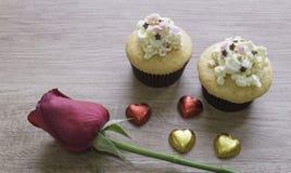 Les petits gâteaux avec le coeur forment le chocolat sur la table en bois Photographie stock