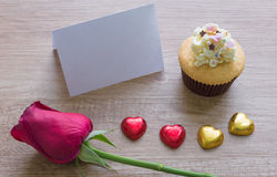 Les petits gâteaux avec le coeur forment le chocolat sur la table en bois Photo libre de droits