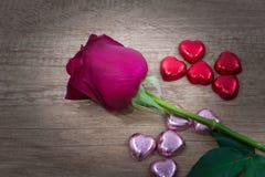 Les petits gâteaux avec le coeur forment le chocolat sur la table en bois Photographie stock libre de droits