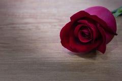 Les petits gâteaux avec le coeur forment le chocolat sur la table en bois Images libres de droits