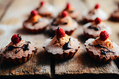 Les petits gâteaux délicieux de chocolat avec des baies wodeen dessus la table, v supérieur Photos stock