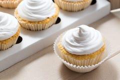 Les petits gâteaux de vanille avec de la crème blanche, se ferment  Image stock