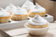 Les petits gâteaux de vanille avec de la crème blanche, se ferment  Photographie stock libre de droits