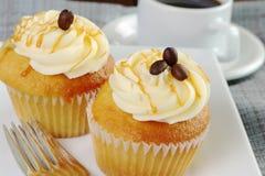 Les petits gâteaux de vanille ont complété avec le sirop d'érable du Québec et ont rôti des grains de café photo stock