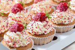 Les petits gâteaux de vanille ont décoré les fraises fraîches dans la boîte de la livraison Images stock