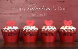 Les petits gâteaux rouges heureux de velours de Valentine avec l'échantillon textotent Photographie stock