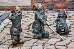 Les petits gnomes en bronze de statue de nom - Gluchak sourd, aveugles de Slepak et W-Skers handicapés, groupe du gnome trois Photo libre de droits