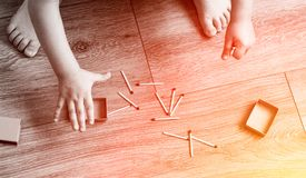 Les petits jeux d'enfant avec des matchs, un feu, un feu évase, danger, enfant et matchs, match de lucifer images libres de droits