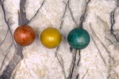 Les petits oeufs lumineux colorés de Pâques ont aligné au milieu de la photo, faite de pâte à modeler sur le fond trouble en bois photo libre de droits
