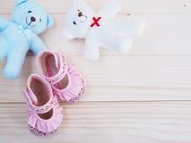 Les petits ours de nounours jouent et la chaussure du ` s d'enfants Images stock