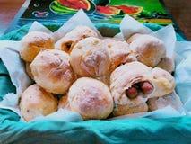 Les petits pains bourrés de pain ont fait dans un four bois-mis le feu photo libre de droits