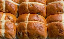 Les petits pains croisés chauds se ferment  photographie stock
