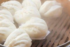 Les petits pains cuits à la vapeur par Chinois ont bourré le porc rouge Image stock
