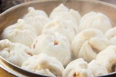 Les petits pains cuits à la vapeur par Chinois ont bourré le porc rouge Images stock