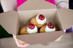 Les petits pains de bakewell de cerise et d'amande se sont tenus dans la boîte en carton photo stock