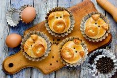 Les petits pains de pain de porc, idée drôle de cuisson ont formé les visages porcins mignons image libre de droits