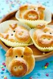 Les petits pains de pain de porc, idée drôle de cuisson ont formé les visages porcins mignons photographie stock