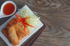 Les petits pains de ressort végétaux frits avec les ingrédients frais ont servi avec de la sauce chili douce Photographie stock libre de droits