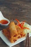 Les petits pains de ressort végétaux frits avec les ingrédients frais ont servi avec de la sauce chili douce Image stock