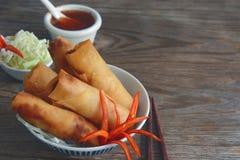 Les petits pains de ressort végétaux frits avec les ingrédients frais ont servi avec de la sauce chili douce Photo stock