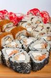 Les petits pains de sushi ont assorti sur un concept de conseil en bois : livraison Images libres de droits