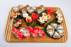 Les petits pains de sushi ont assorti sur un concept de conseil en bois : livraison Photos stock