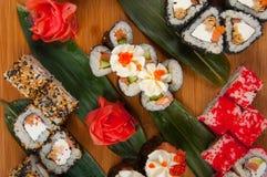 Les petits pains de sushi ont assorti sur un concept de conseil en bois : livraison Image libre de droits