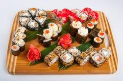 Les petits pains de sushi ont assorti sur un concept de conseil en bois : livraison Photos libres de droits
