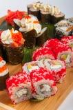 Les petits pains de sushi ont assorti sur un concept de conseil en bois : livraison Photographie stock