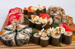 Les petits pains de sushi ont assorti sur un concept de conseil en bois : livraison Images stock