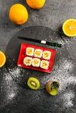 Les petits pains de sushi ont complété avec de la sauce douce d'un plat en pierre, vue à partir du dessus Photo libre de droits