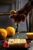 Les petits pains de sushi ont complété avec de la sauce douce d'un plat en pierre, vue à partir du dessus photo stock