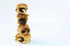 Les petits pains doux avec le pavot se tiennent verticalement sur l'un l'autre Photos libres de droits